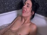 Que cara de placer cuando se está corriendo en la bañera.. - Masturbaciones
