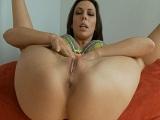El culo de Rachel Starr follado fuerte y flojo en el sofá - Orgias