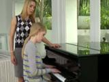 La profesora se lleva de puta madre con sus alumnas - Lesbianas