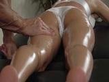 El masajista le toca el culo para follarse a Tori Black - Anal